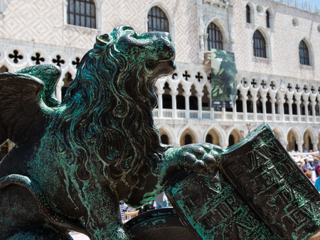 leon alado: León con alas de bronce de la estatua y Torre del Reloj construcción en el fondo de la plaza de San Marcos, Venecia, Italia