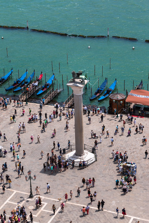 leon alado: Vista a�rea de bronce le�n con alas de columna y la g�ndola en Venecia - Italia