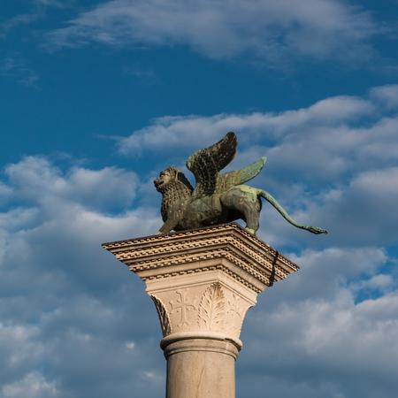 leon con alas: Columna de bronce león con alas en la plaza de San Marcos, Venecia, Italia