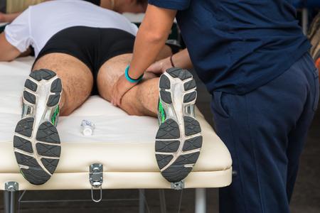 hombre deportista: Los músculos de atleta profesional tratamiento de masaje después del entrenamiento deportivo, Salud y Bienestar Foto de archivo