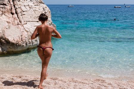 Sexy kaukasischen Mädchen Topless am Strand nahe Meer