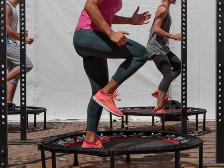 ジムのクラスでフィットネス運動を行うミニ トランポリン トレーニング: 女の子 写真素材 - 81776658