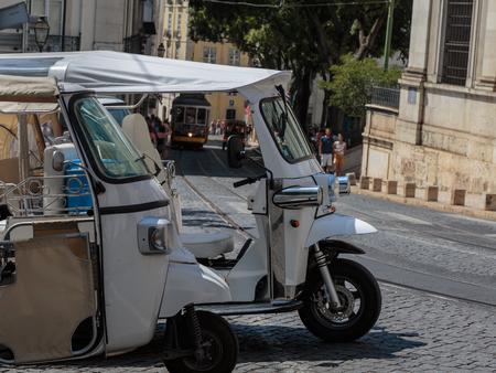 Weiße Tuk-Tuk-Fahrzeuge für Touristen Transport in Lissabon, Portugal