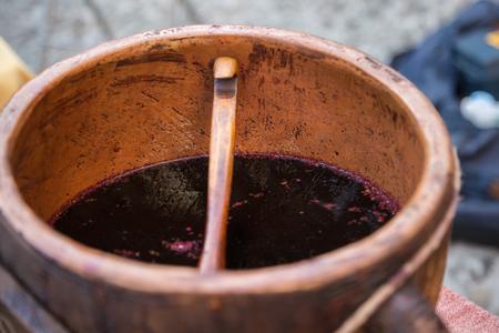 Spicy Mulled Wine inside Brown Carafe on Wooden Table Lizenzfreie Bilder