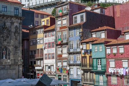 Typische bunte portugiesische Architektur: Fliesen Azulejos Fassade mit Flaggen, antike Fenster und Balkon - Portugal