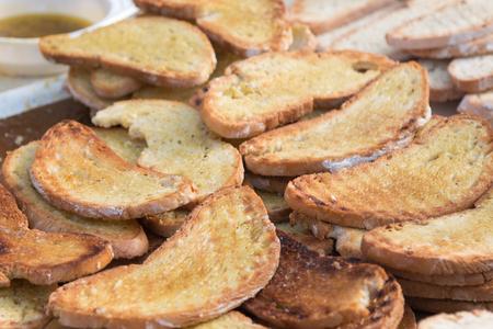Scheiben von gegrilltem Brot mit Olivenöl, italienischem Snack zubereiten Lizenzfreie Bilder