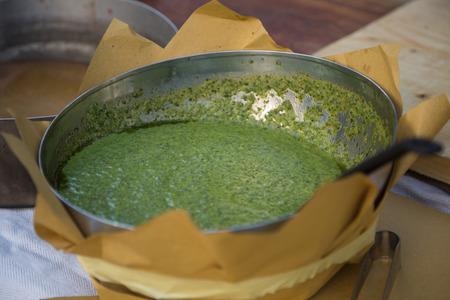 Italienische Pesto-Sauce in Metallic-Schüssel mit Löffel