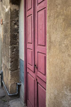 Close-up der alten roten Holztür Lizenzfreie Bilder