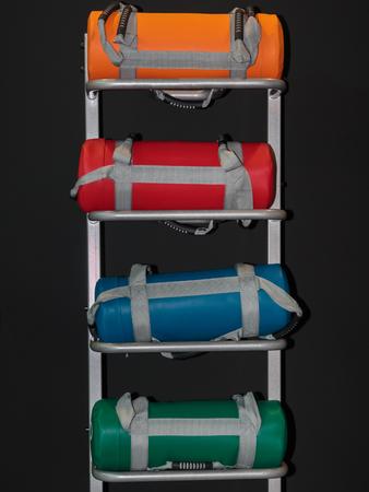 Bunte Gewichts Säcke auf Regal im Fitness-Studio: Weight Fitness Equipment