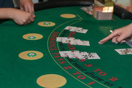 All'interno del casinò: dietro il tavolo da gioco, fiches e carte del Black Jack