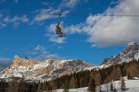 Skiers on chairlift in mountain in a sunny day Banque d'images
