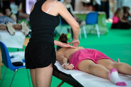 Massage professionnel du dos de l'athlète après une activité de remise en forme - Bien-être et sport