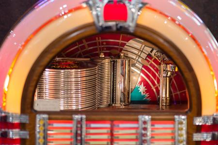 Retro jukebox: muziek en dans in bars in de jaren vijftig. Stockfoto