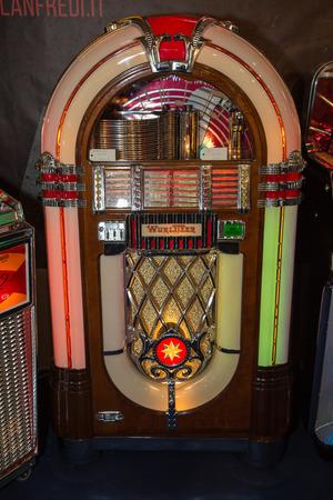 Retro jukebox: Music and Dance in bars in the 1950s. Redactioneel