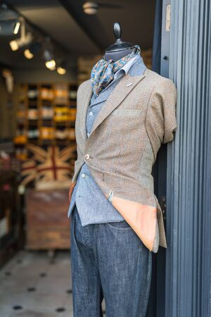 Men's Mannequin Dressed in a Casual and Elegant Style with Jacket, Scarf and Jeans in London Fashion Shop. Foto de archivo - 139861971
