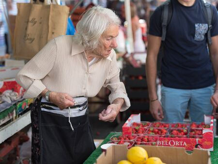 Old Greengrocer Lady with White Hair who Sells Fruit in Portobello Road Market, London. Foto de archivo