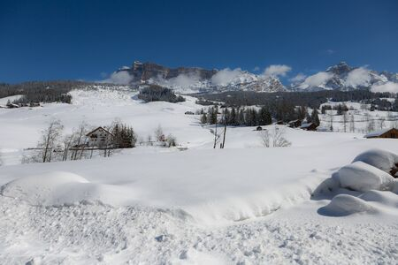 Beautiful Day in the Mountains with Snow-covered Fir Trees and a Snowy Mountain Panorama. Banque d'images