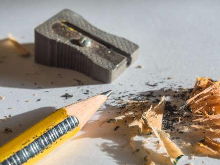 Temperamatite in azione sulla matita di colore nero e giallo Archivio Fotografico - 70938274