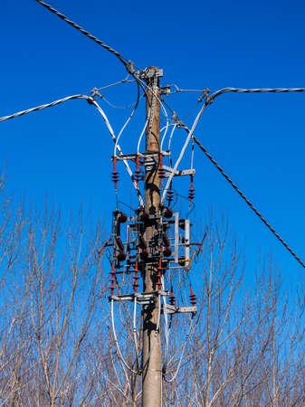 Paul supporta linee aeree per la distribuzione di energia Archivio Fotografico - 77369877