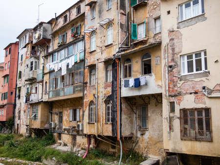 Carrara degradò il quartiere sull'impulso torrente di Carrione Archivio Fotografico - 79708765