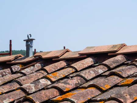 Coprire le mattonelle e il rivestimento del tetto con sistema anti-caduta per eseguire un lavoro sicuro Archivio Fotografico - 80437955