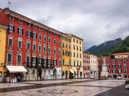 Facciate decorate, con colori vivaci, affacciati sulla piazza Archivio Fotografico - 80409564