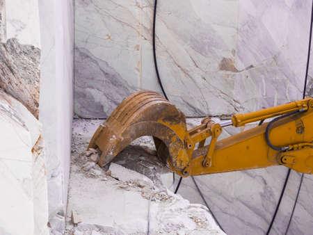 Pala meccanica utilizzata in una cava di marmo bianco Archivio Fotografico - 82097016
