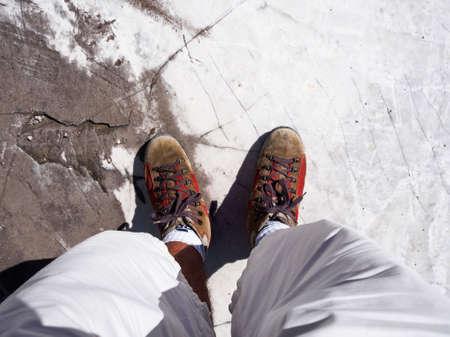 Camminare con i piedi appoggiati su una lastra di marmo bianco Archivio Fotografico - 84575674