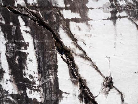 Struttura di lastre di marmo bianco estratte dalle grotte delle Alpi Apuane Archivio Fotografico - 84575520