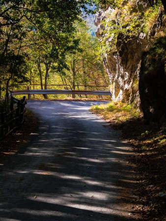 Attraversamento stradale di montagna con guardrail Archivio Fotografico - 85074551