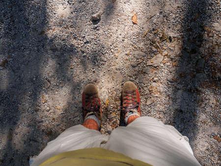 Camminate lungo una strada sterrata di montagna Archivio Fotografico - 85074553