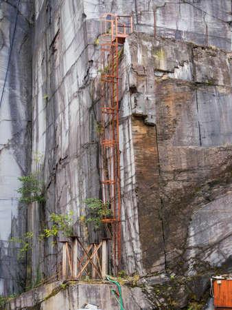 Archeologia industriale - Cava di marmo sfollati in località Cardoso - Alpi Apuane Archivio Fotografico - 89026611