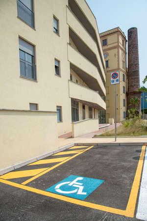 parking facilities: desarrollo urbano de una antigua f�brica de algod�n con estacionamiento adyacente deshabilitado