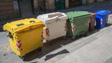separacion de basura: cubos de basura para la separaci�n de basura Editorial