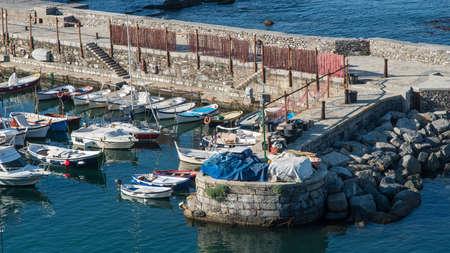 redes de pesca: el puerto de Camogli con algunos barcos y redes de pesca para secar