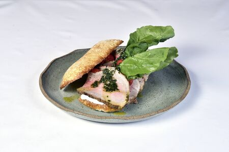 beef sandwich with rucula, cherry tomatoes and pesto. Foto de archivo