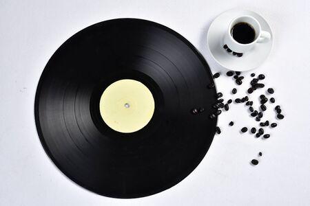 vecchio disco in vinile con caffè.