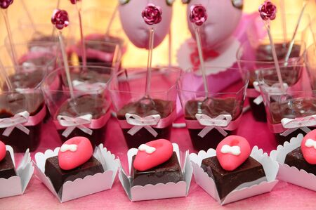 pink party table with sweet candies packed with blurs in the photo Zdjęcie Seryjne