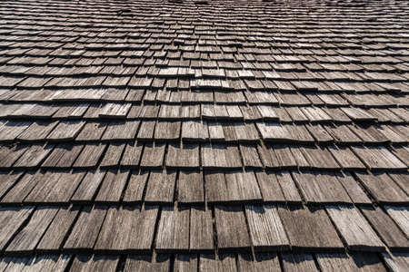 cedar shakes: viejo techo de madera perfectamente como apaisada