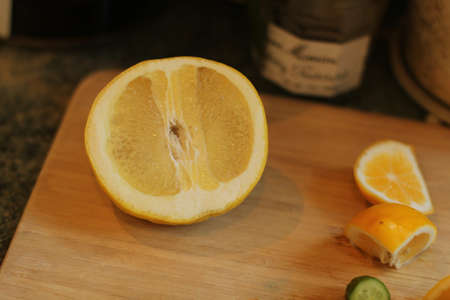 some sliices of citrus on cutting board Zdjęcie Seryjne