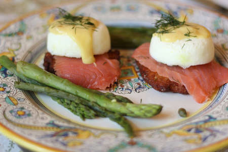 2 eggs Benedict with asparagus and smoked salmon