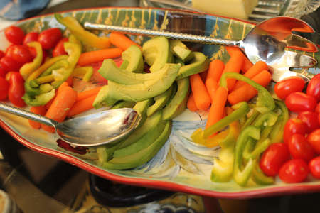 platter of vegetables with avocado,tomato,and carrot Zdjęcie Seryjne