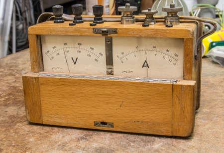 electric meter: medidor de electricidad de madera analógica de la vendimia en la antigua prueba de la tabla Foto de archivo