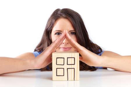 Junge Frau zeigt ein Dach mit den Händen Standard-Bild - 38215532