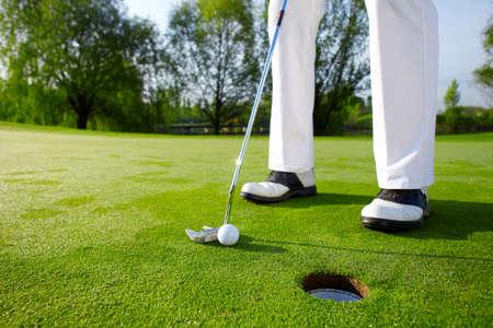 curso de capacitacion: Golfista en verde est� poniendo