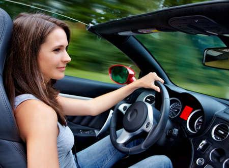 manejando: 20s mujer conducir un roadster Foto de archivo