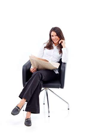 blusa: Casual mujer sentada en una silla con la revista Foto de archivo