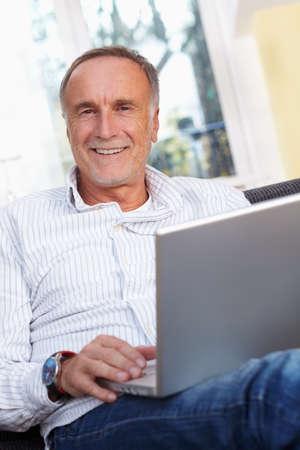 vestidos antiguos: Hombre mayor con la computadora portátil en casa