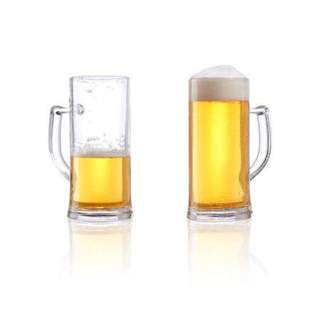 vaso vacio: Vidrio de cerveza medio llena y completa