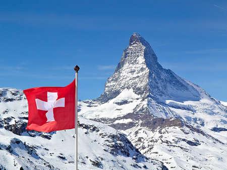 Matterhorn mit Flagge von der Schweiz Standard-Bild - 42392795